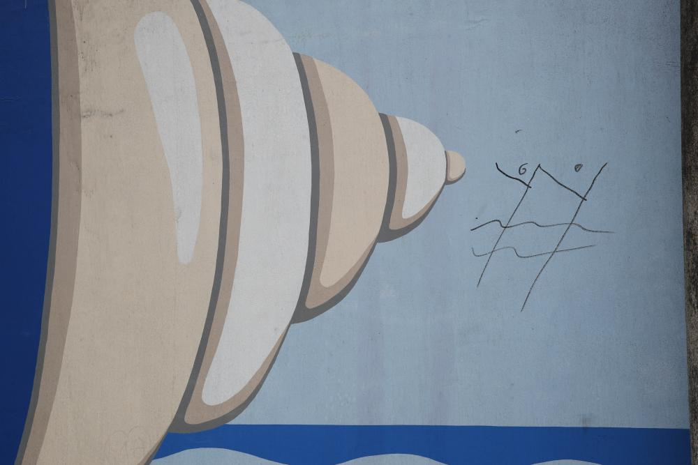 Detalle de una de las obras afectadas (Nelson Villalobos, rúa de Blein Budiño). Imágenes de Faro de Vigo