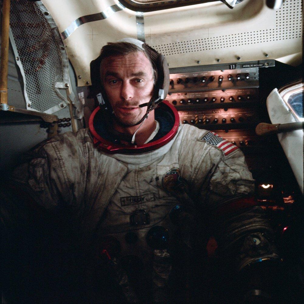 Eugene Cernan, astronauta del Apollo 17 cubierto de polvo lunar. Créditos:NASA