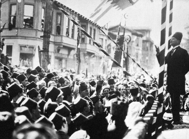 Ataturk dando un discurso