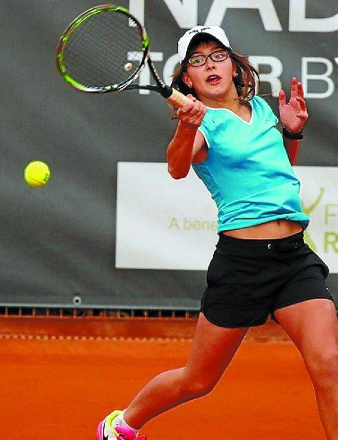 Anne Mintegi, 14 años, nacida en Idiazabal. Acaba de proclamarse campeona de España de cadetes. En Mayo ganó el Mutua Madrid Open sub'16.Es diestra y le gusta mover a la contraria. La derecha paralela es su mejor arma.