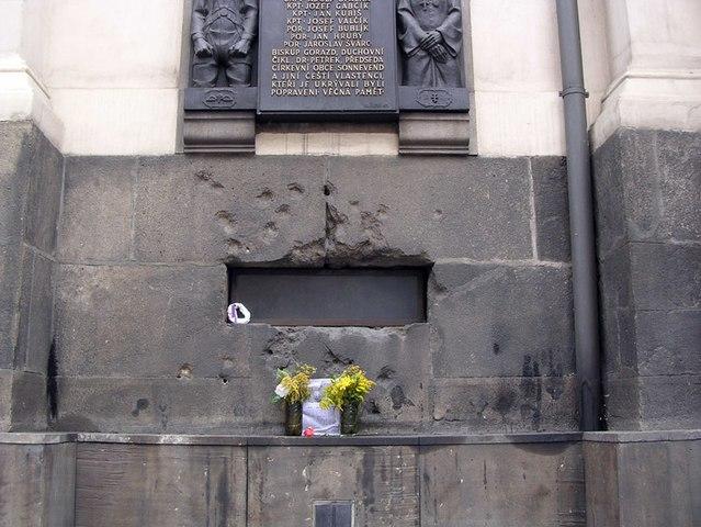 La iglesia, con los agujeros de bala que quedaron tras el asalto