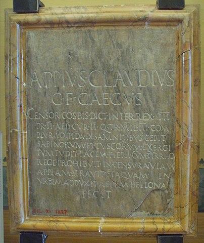 Estela conmemorativa sobre Apio Claudio encontrada en Arezzo