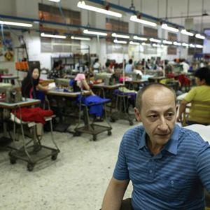 Pasquale es un modisto de alta costura que, por 600 euros al mes, trabaja creando prendas de lujo para un hombre vinculado a la mafia. Pasquale también subsiste entrenando a fabricantes chinos de textiles por las noches, pero de forma encubierta pues los chinos compiten con firmas controladas por la Camorra.