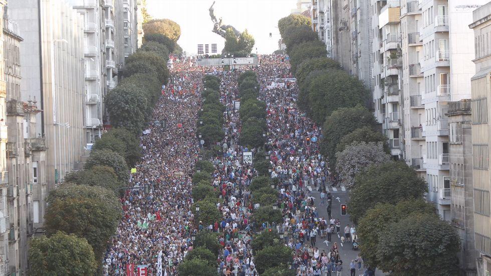 Vista de la tremenda cuesta de la Gran Vía durante la manifestación contra la privatización de la Sanidad Pública.