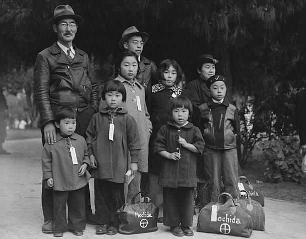 La familia Mochida esperando la evacuación a uno de los campos