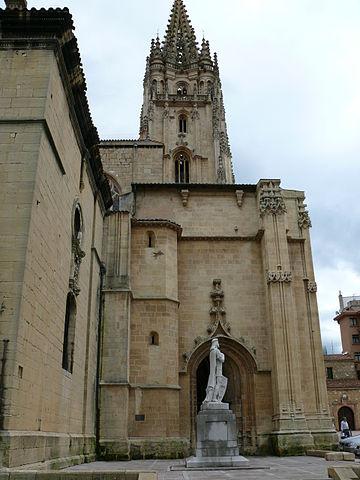 Estatua de Alfonso II en la Catedral de Oviedo