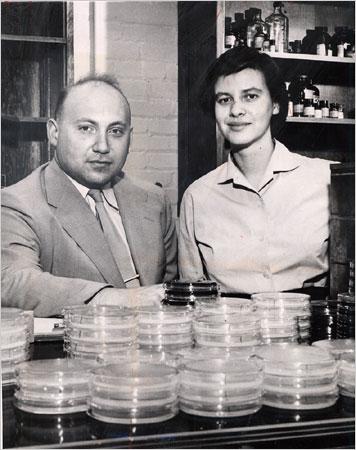 Esther y Joshua Lederberg junto con las placas de Petri.