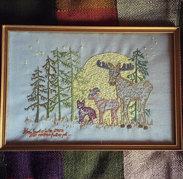 Currently in the motherland for a summer break. Here is a piece I made for the parentals a few years ago . . . . . #embroideredelks #manbordeintesova #fromthearchives #moulineyarn #DMC #drawingswithstiches #fullmoon #forestshenanigans