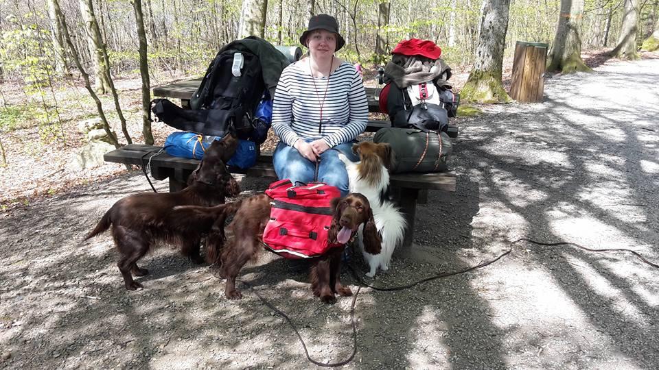 Henriette og hundene Cecil, Question og Ginnie. Solskin,blå himmel og ingen vind.