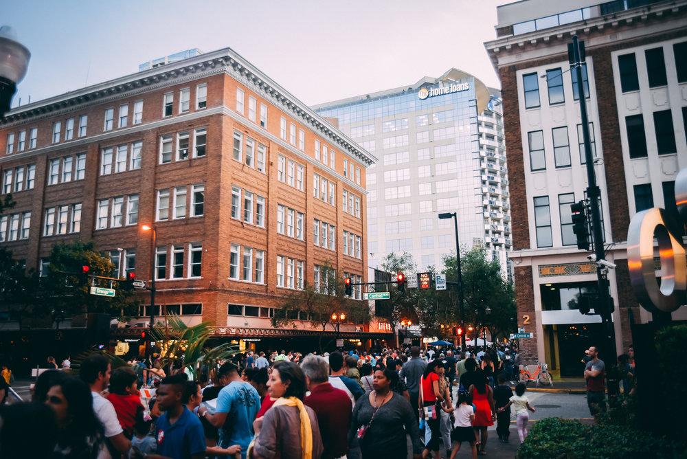 A huge crowd along Orange Ave (photo : Charles Schuett)