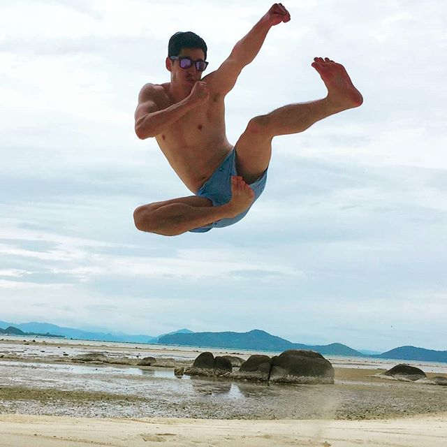 It's the freak'n weekend! #kungfuhappy @richiekul showing us how to #veganpower the way to looking awesome #karatekid #itsthefreakinweekend #veganliving #moveslikejagger #mortalkombat #AlwaysSunnySomewhere #limitededition #letale #veganfit #sunsoutgunsout
