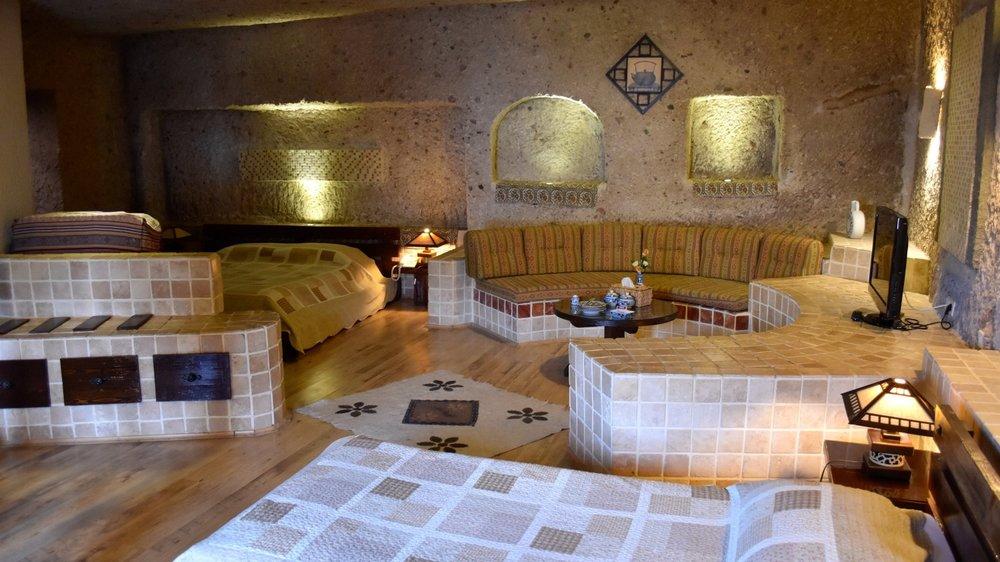 Iran-Kandovan-Laleh-hotel-interior.jpg