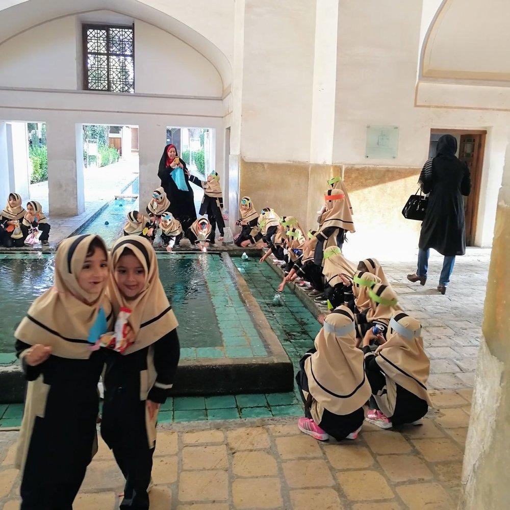 Iran-Kashan-Fin-garden-girls.jpg