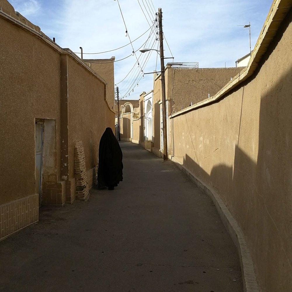 Iran-Kashan-old-city-woman-chador.jpg