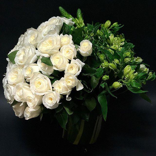 #gardenroses, #alstromeria & #ornithogalum • #floraldesign #custombouquet #nicolascogrel