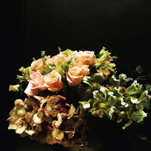 When British #gardenroses meet the elegant Thai #ladyslipper orchids ... #nicolascogrel #custombouquet