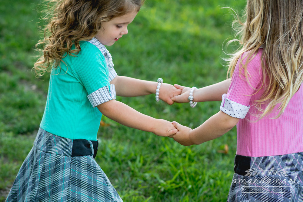 springfield ohio lifestyle family photographer | Amanda Noel Photography | twin girls 4th birthday | girls holding hands spin