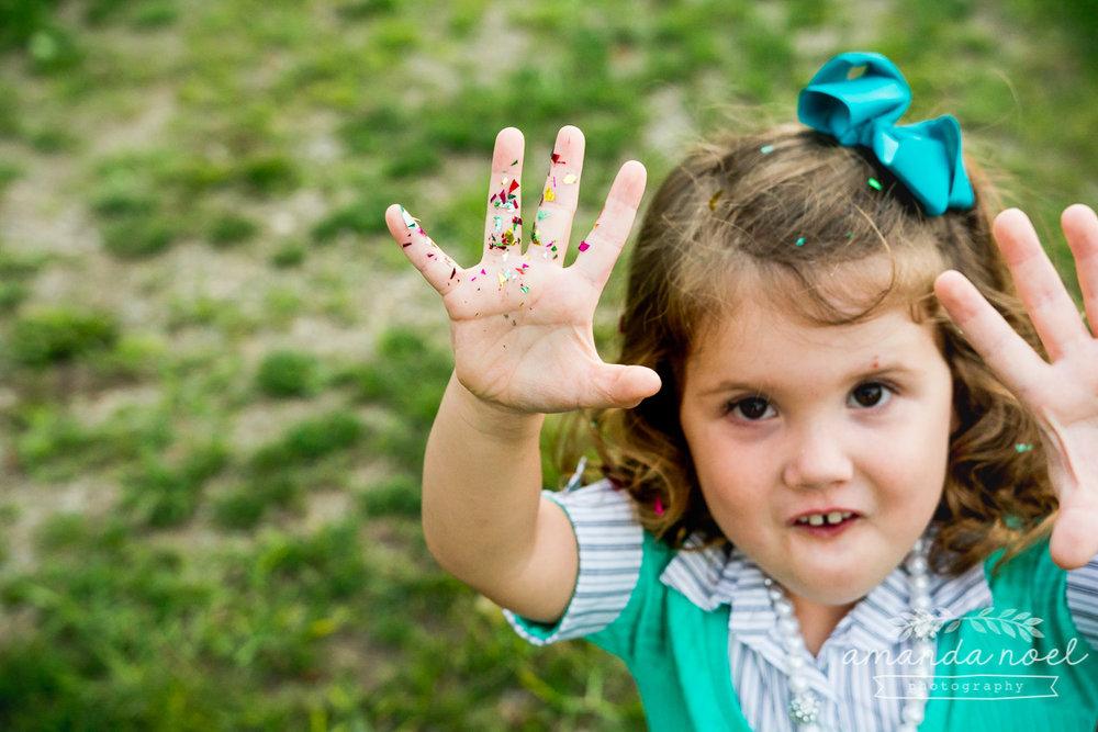 springfield ohio lifestyle family photographer | Amanda Noel Photography | twin girls 4th birthday | confetti on hands