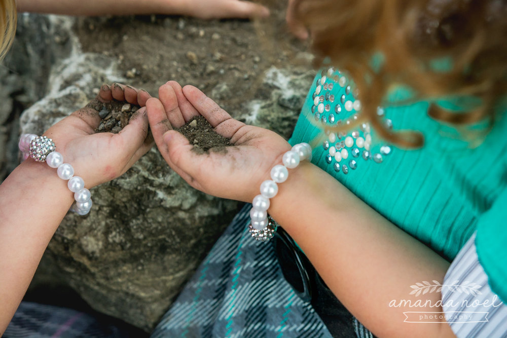 springfield ohio lifestyle family photographer | Amanda Noel Photography | twin girls 4th birthday | hands playing in dirt