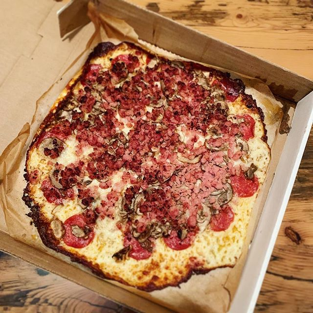 🙌 Props to my local pizza joint for offering up this crustless pizza on their menu 🍕 . . . #keto #eatfatbeatfat #ketorecipes #lchf #eatfat #ketofam #ketogenic #lowcarb #ketosis #ketodiet #healthyeating #healthy #lowcarbhighfat #weightloss #weightlossjourney #foodporn #food #ketodietrecipes #banting #ketogenicdiet #pizza #saturday #weekend #dinner #bacon