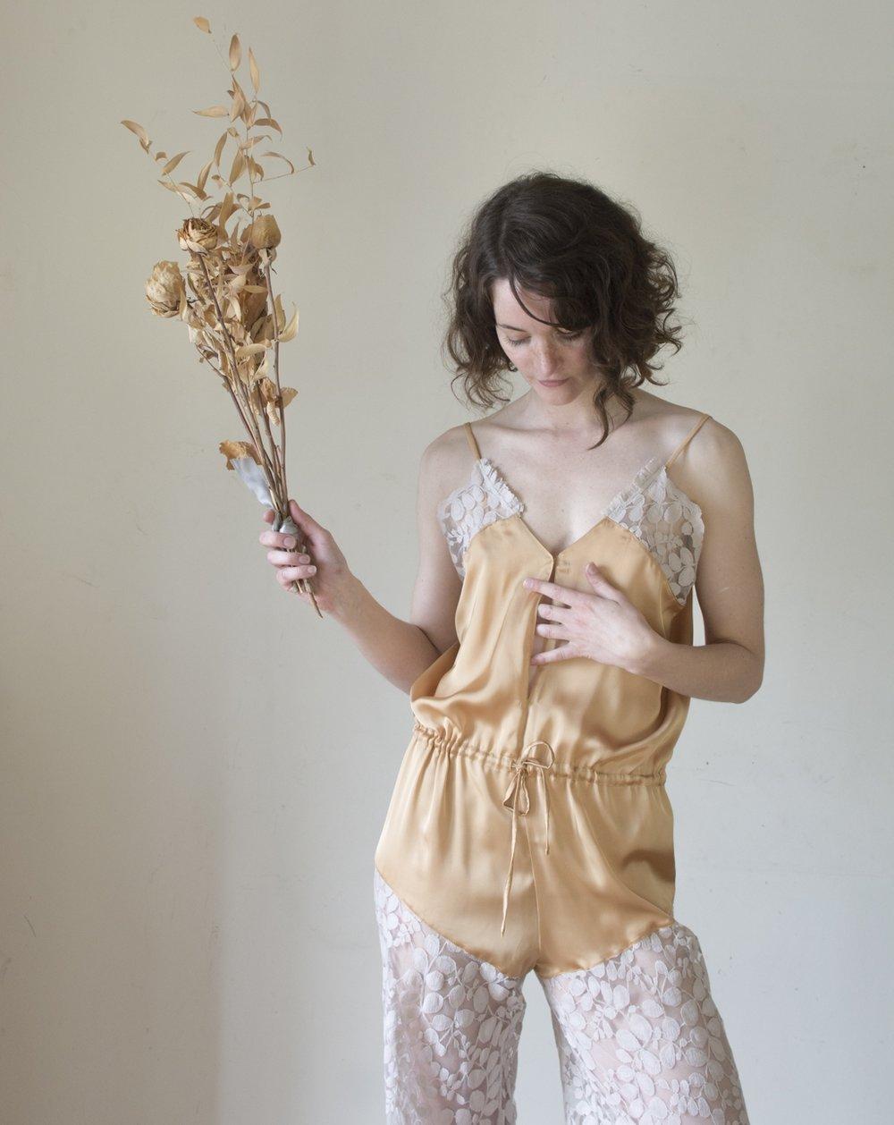 Tenue de jour ou pyjama, - cette combinaison est parfaite pour une silhouette 70s... La Délicatesse, 290€