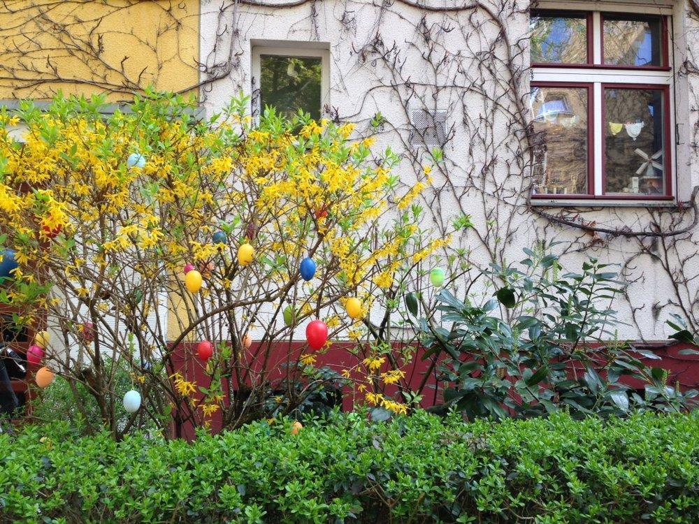 Ecco le uova di legno (o plastica) che si appendono agli alberi in Germania.