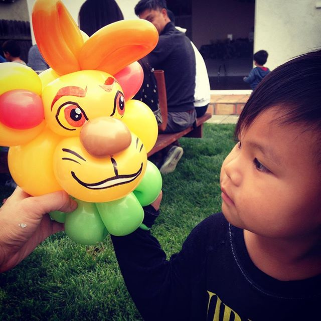 Looks like Kion from the Lion Guard has made a new friend! #balloonsofinstagram #niftyballoons #balloonart #lionguard #kidsparty