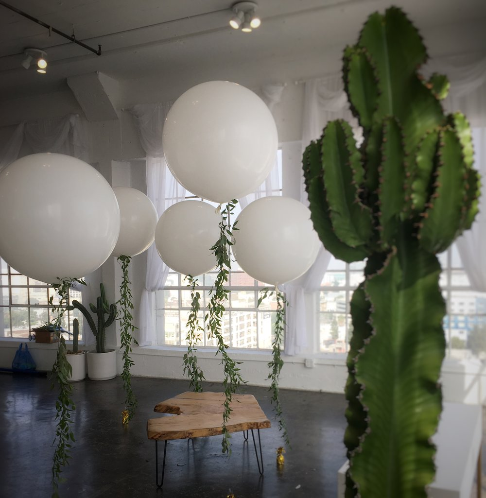 Balloons and greenery: a natural combination!