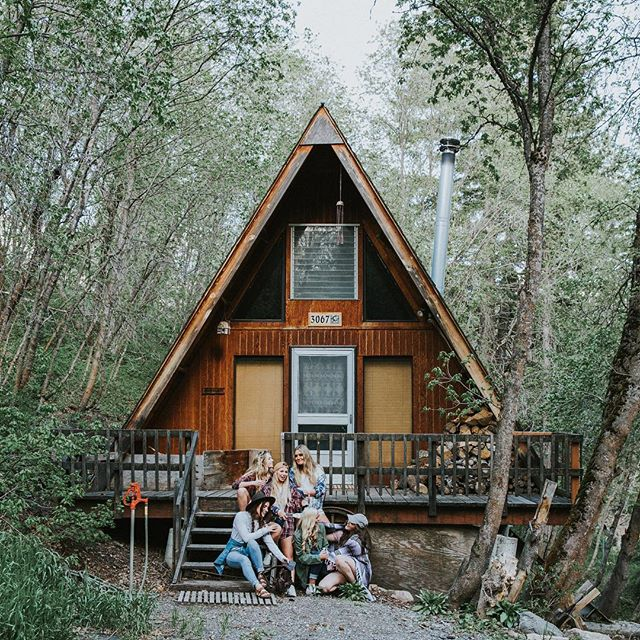 Crisp air, lush trees, cozy cabins.... 🌲There are so many things I love about the mountains this time of year! @thread_wallets