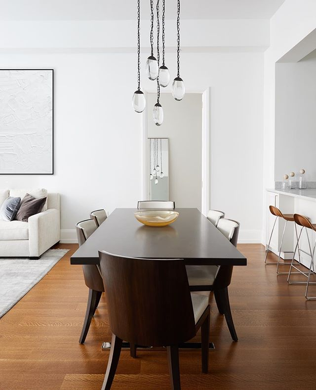 This simple and elegant dining area was a dream to design. . . . #interiors #interiordesign #diningroom #nyc #ochrelighting #hollyhunt #ginaturchininteriors 📷 @christiantorresphoto