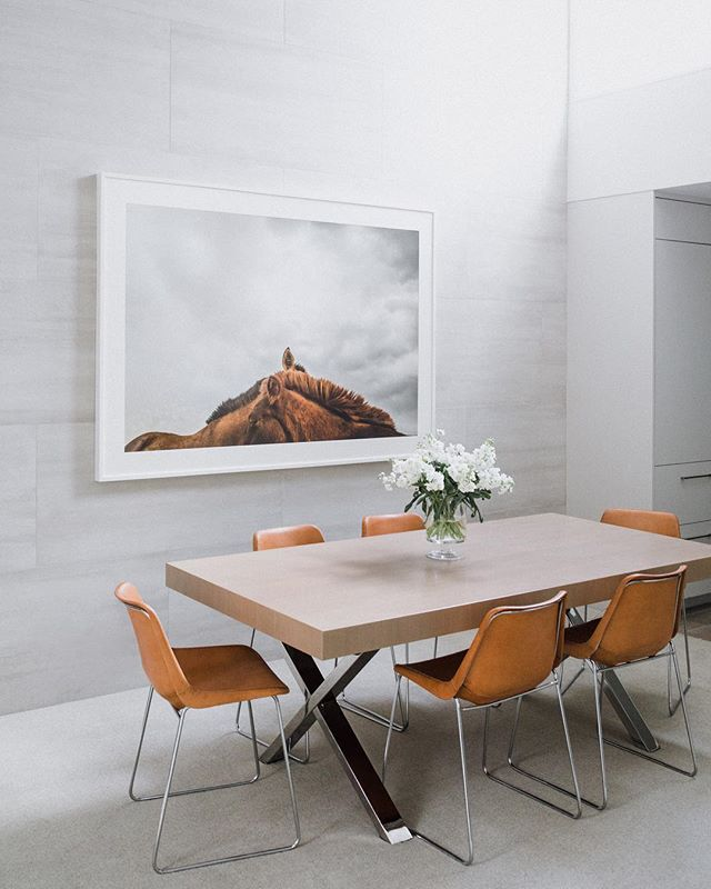 The perfect morning light ✨ 📸 @taramarolda . . . . . #aspen #aspenco #interiordesign #interiors #diningroom #photography #ginaturchininteriors #jaysonhome