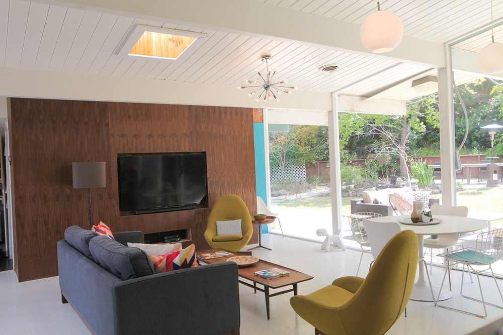 eichler-living-room-media-wall.jpg