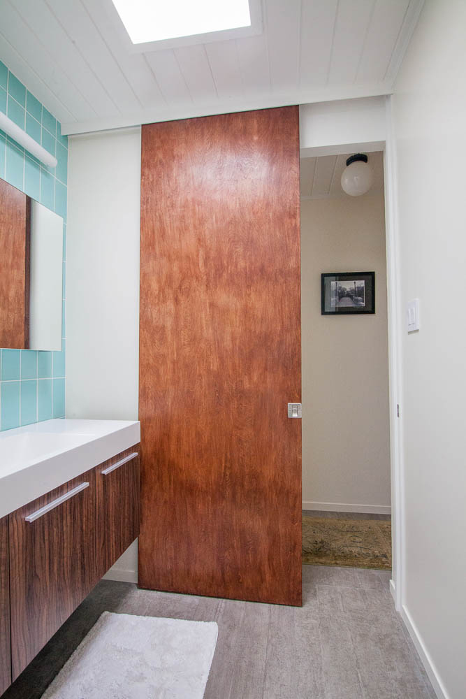 Eichler-bathroom-pocket-door.jpg