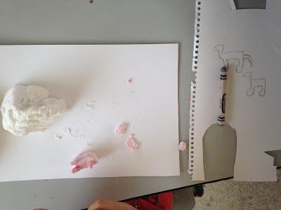 미라가 만들고 있는 핑크색 말 스케치와 작품
