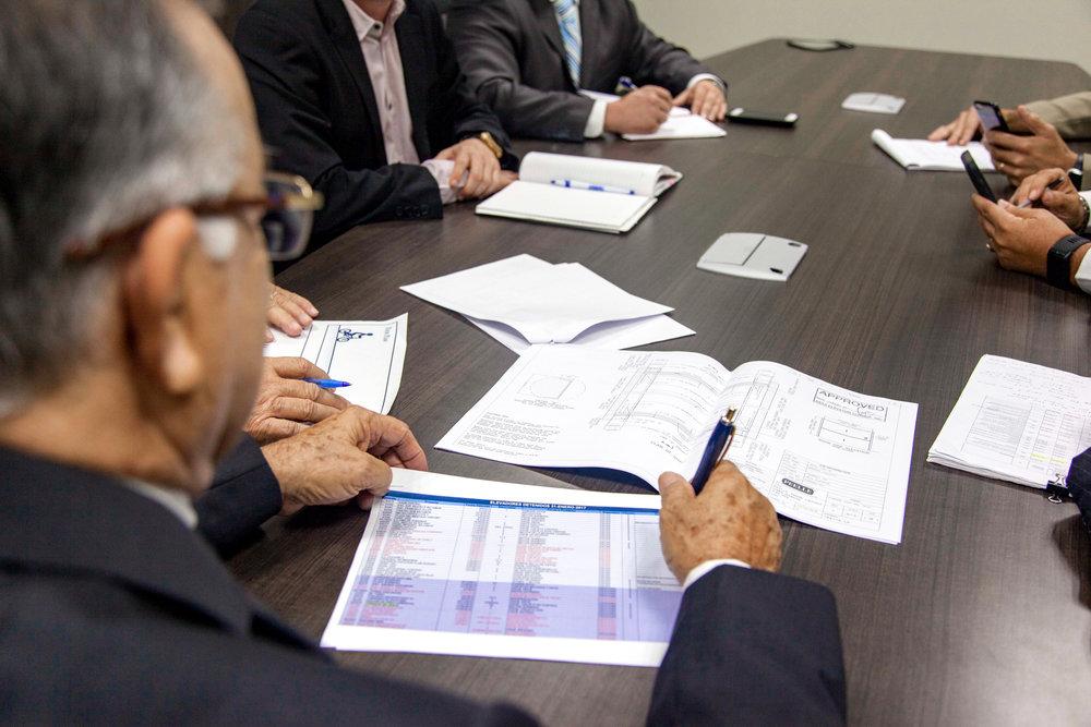 EQUIPOS NUEVOS - Trabajamos y colaboramos junto a profesionales de Ia industria del desarrollo y la construcción—incluyendo arquitectos e ingenieros—para diseñar y especificar el equipo idóneo para cada necesidad y proyecto.