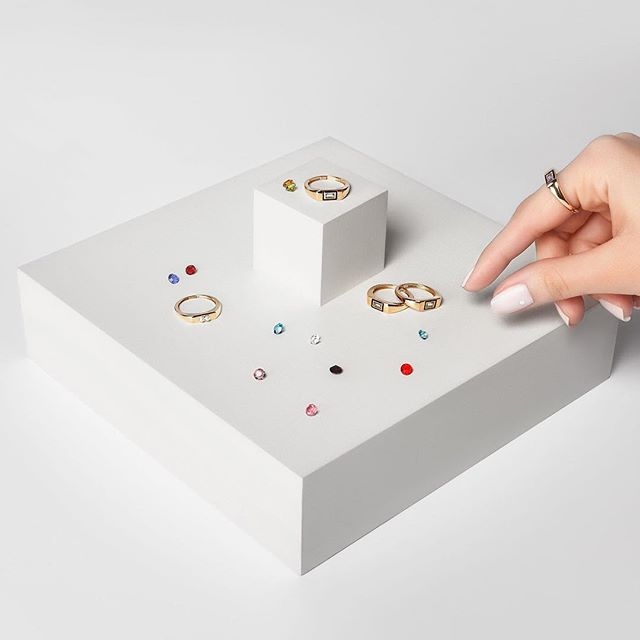 These @shkohnewyork signet rings reflect the 20th century modern art movement with geometric stone shapes in squares, circles and triangles. Aren't they gorgeous?