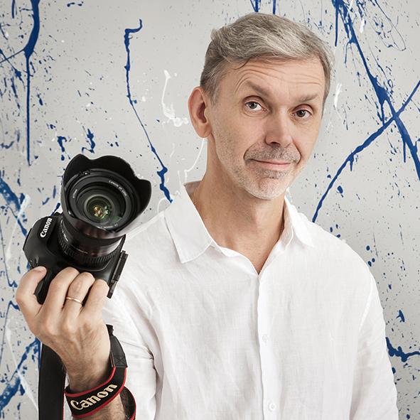 Fotogrāfs Modris Skujiņš - Esmu profesionāls fotogrāfs jau vairāk kā 20 gadus.Vislabākās fotogrāfijas top kopējā fotogrāfa un modeļa sadarbībā, tāpēc savstarpēju komunikāciju uzskatu par svarīgu radošā darba procesa sastāvdaļu.Dzīvas, stāstošas, emocionālas fotogrāfijas, kuras iepriecina pasūtītāju, ir labākais mana darba novērtējums.