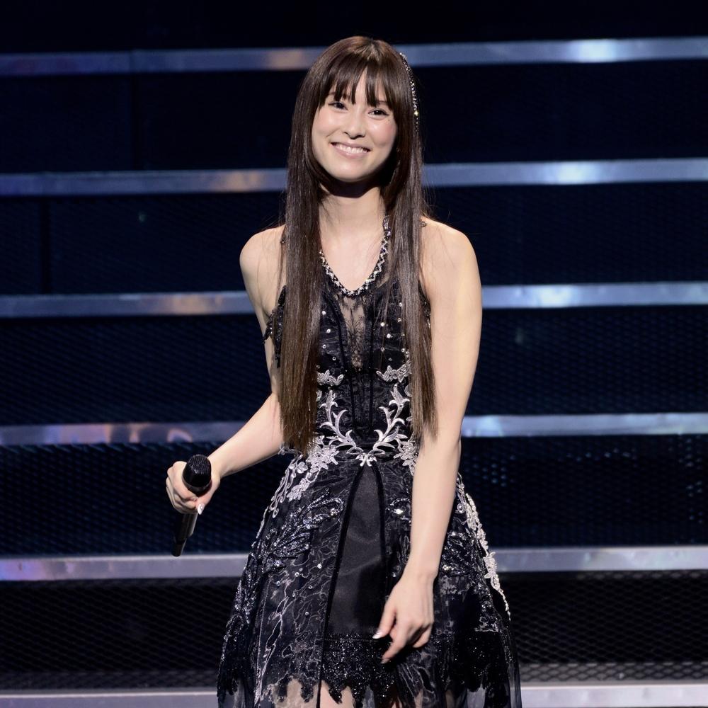 Keiko  低音でKalafinaのコーラスワークのボトムを支える役割を担うKeiko。彼女の歌声は太く、存在感があり、濃厚。大地のように雄大に、また時にはしっとりと温かく響く。