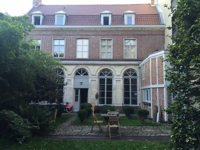Située non loin du quartier animé de Wazemmes, la Maison Pierre Claver de Lille est voisine de l'ICAM et de l'Université Catholique de Lille qui ont accueilli et accueillent nombre de nos anciens élèves. Le jardin et la maison elle-même sont assez grands pour permettre à ses jeunes habitants d'y créer un lieu de rencontre et de partage.