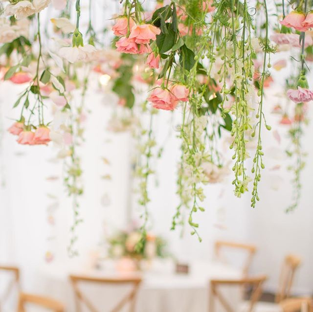Some events happen in tents... so why not take advantage of that ceiling and hang flowers or even just greenery! Such a beautiful look! #rainingflowers #flowerinstallation 🌸