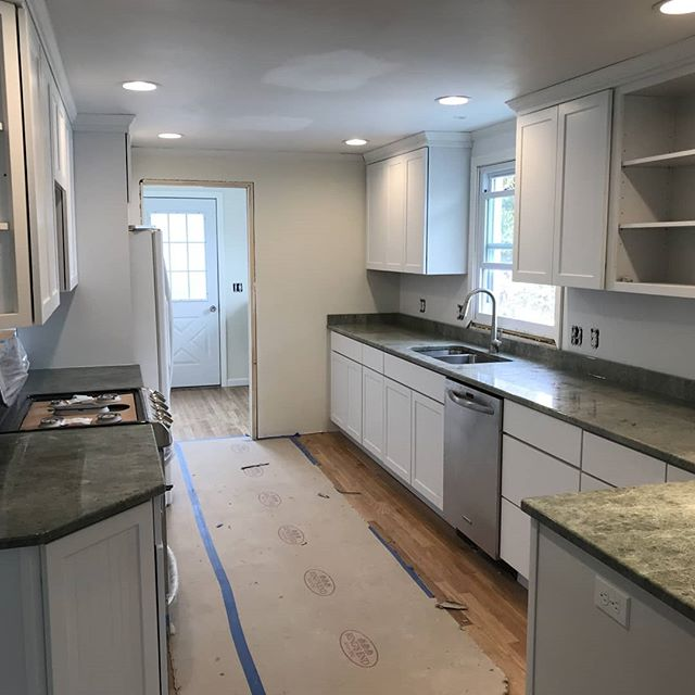 Countertops are in! 😍 #eastlyme #kitchen #remodeling #shawremodeling #countertops #kitchendesign #whitecabinets
