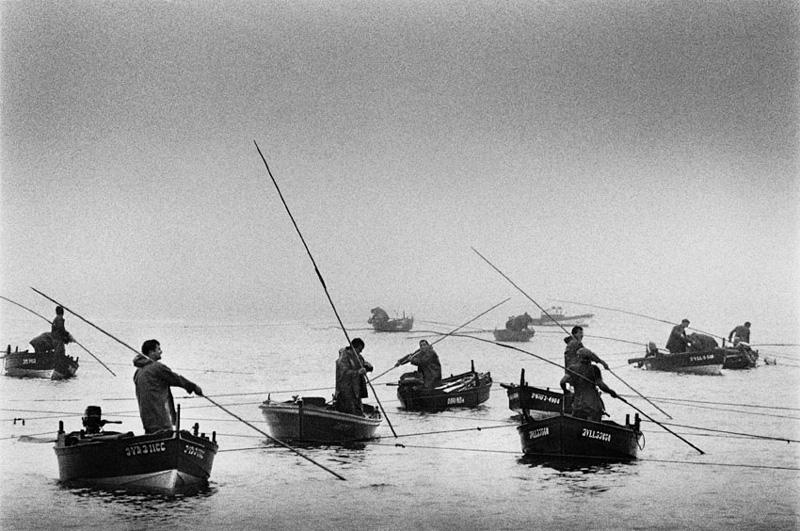 Sebastião Salgado, Fishermen of seafood, Ria del Vigo, Espanha, 1988.