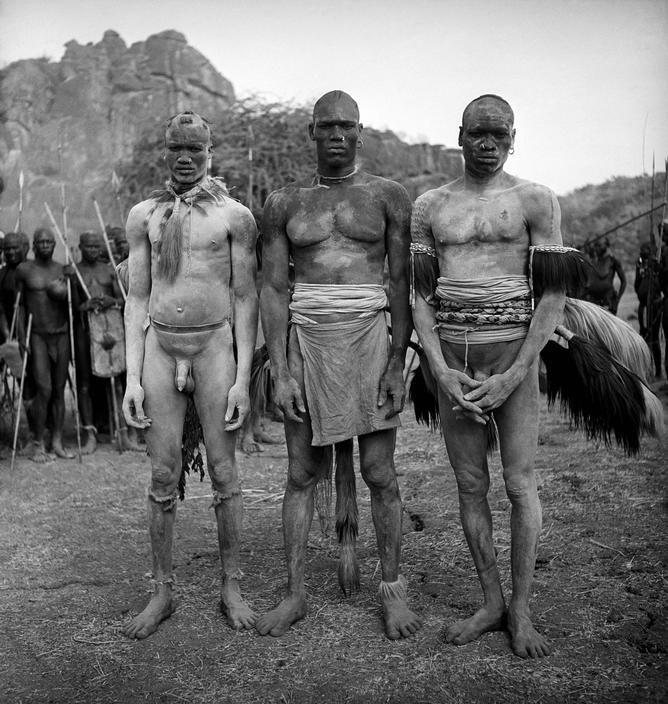 George Rodger, Korongo wrestlers, Kordofan, Southern Sudan 1949 Placements:COSTAS | PEITO & ABD | 1 BRAÇO & COSTAS | 1 BRAÇO, PEITO & ABD |