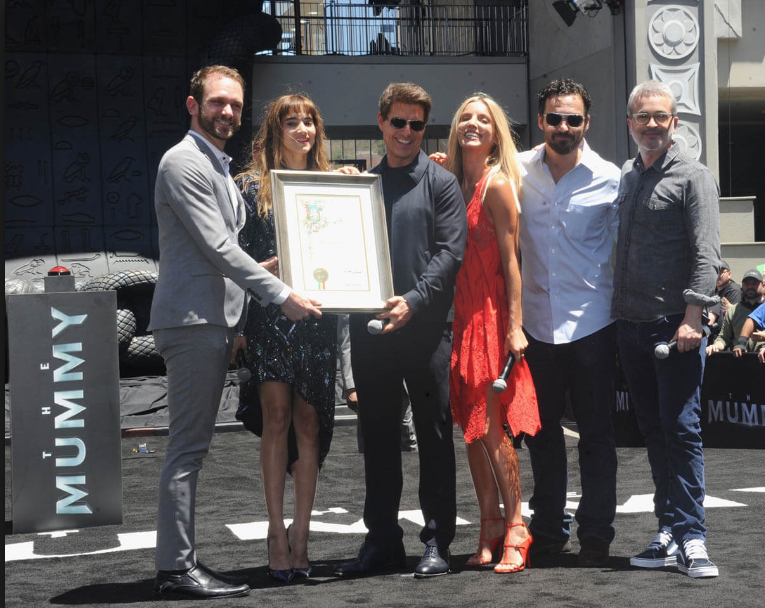 Sophia Boutella, Tom Cruise, Annabelle Wallis, Jake Johnson, & Director Alex Kurtzman pose with the City of Los Angeles cerfiticate.