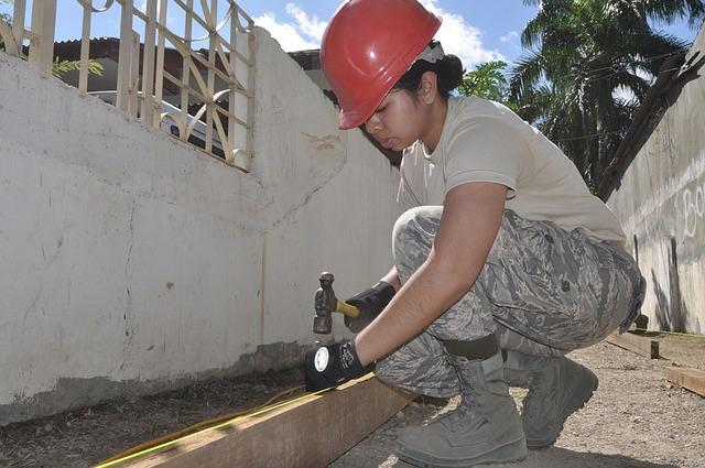 Construction woman nailing - P 640.jpg