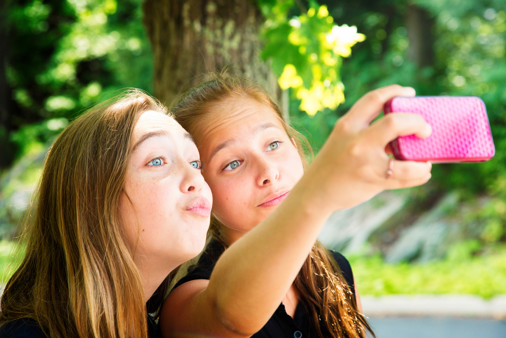 Two-teenage-girls-use-phone-for-silly-Summer-Selfie-000042005438_XXXLarge.jpg