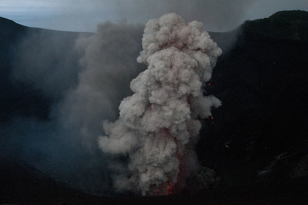 volcano_rim_20110722_Mount_Yasur_Tanna_Vanuatu_14.jpg