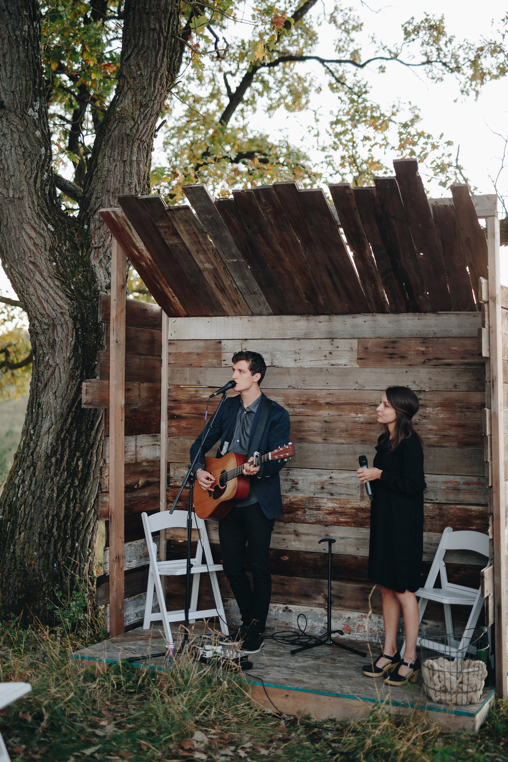 Live music at this outdoor wedding ceremony in Minnesota