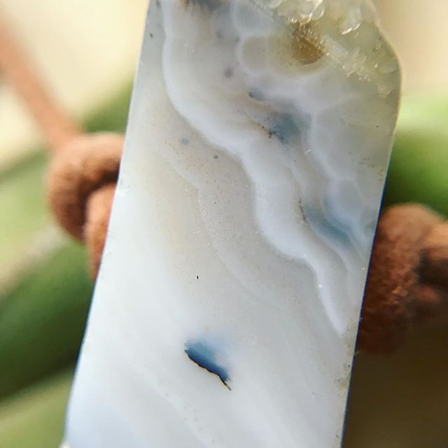 Agate gemstone closeup, quartz and silica and micro-crystals ✨🔮🤗 . . . #agate #quartz #gemstone #macro #crystals #highvibe #fromtheearth#gemstonejewelry #jewelry #closeup