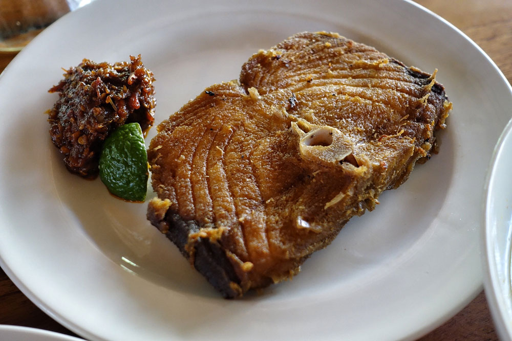 Ikan goreng dengan sambal Be Sanur